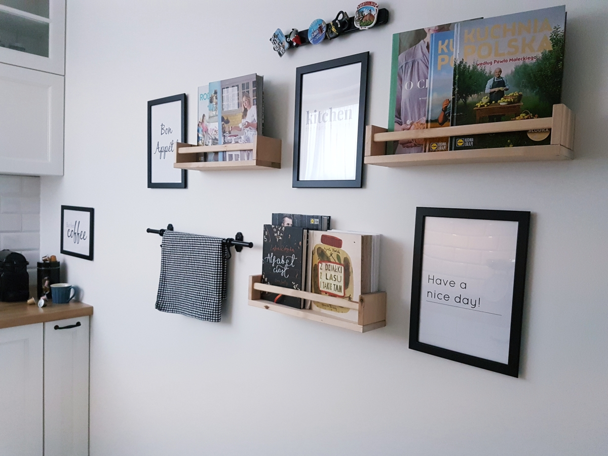 Darmowe plakaty typograficzne do pobrania i zmiany na ścianie w kuchni.